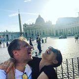 """5. August 2020  Amira und Oliver Pocher haben gleich doppelt Grund zur Freude: Sie verbringen nicht nur sonnige Urlaubstage in Bella Italia, sondern verkünden mit ihrem neuesten Instagram-Post auch,dass ihre gemeinsame Fernsehshow""""Gefährlich ehrlich"""" in die Verlängerung geht. """"Gott sei Dank"""", kommentiert Oliver den fröhlichen Schnappschuss, der passenderweise vor dem Petersdom im Vatikan entstand."""