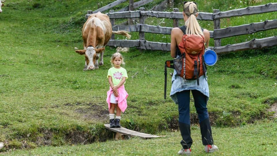 Michelle Hunziker mit Tochter Celeste Trussardi im Südtiroler Ort St. Kassian.