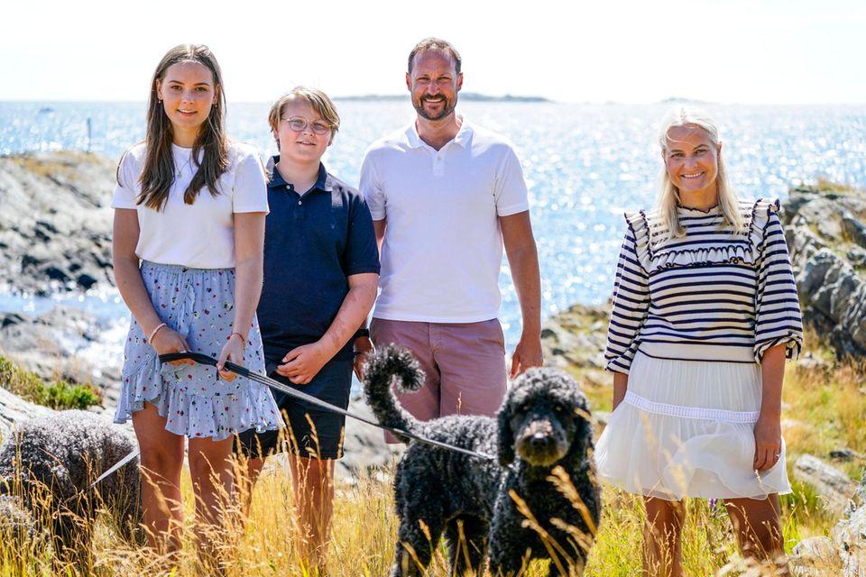 V.l.: Prinzessin Ingrid Alexandra, Prinz Sverre Magnus, Kronprinz Haakon und Kronprinzessin Mette-Marit