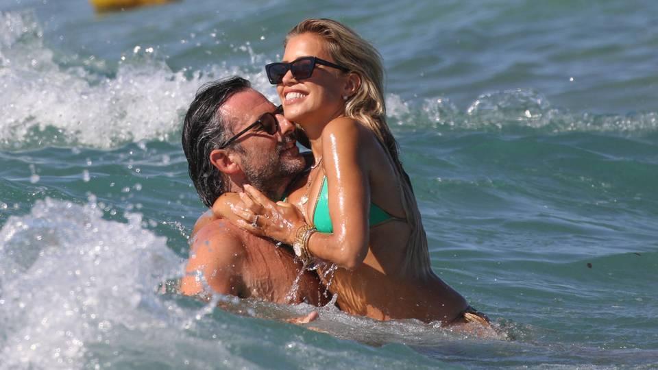 Flitterwochen vor der Hochzeit: Sylvie Meis und ihr Verlobter Niclas Castello verliebt beim gemeinsamen Bad im Meer. Zeit, um noch letzte Details für ihre große Feier zu besprechen, die für Anfang September geplant ist.
