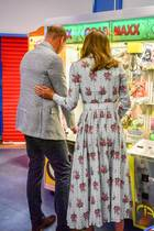 """Liebevoll legtdie Herzogin ihre Hand auf den Rücken ihres Mannes. Für das Foto, das William und Kateauf ihren Social-Media-Accountsposten, gibt es viele begeisterte Kommentare. """"Was für ein reizendes Foto"""", """"So ein nettes Paar"""" und """"Ihre Hand auf ihm ist so nett"""", heißt es beispielsweise auf Twitter.Eine weitere Userin meint: """"Ich liebe diekleine Zuneigung. Dassieht man bei ihnen nur selten in der Öffentlichkeit."""""""