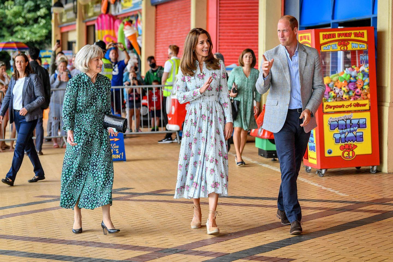 5. August 2020  Herzogin Catherine und Prinz William sind nach Barry Island gereist, einer zu Wales gehörigen Halbinsel. Das Paar unterhält sich dort mit Mitarbeitern der Island Leisure Amusement Arcade, einer Spielhalle, über die Auswirkungen des Coronavirus.