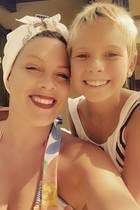 """""""My Baby Girl"""" schreibt Pink auf Instagram zu dem gemeinsamen Foto mit Tochter Willow. Nur eins ist Willow nun wirklich nicht mehr, ein Baby. Pinks Tochter ist mittlerweile schon sehr groß geworden und wird ihrer Mutter im ähnlicher. Auch den frechen Kurzhaarschnitt hat sich Willow Sage bei ihrer Mama abgeguckt."""
