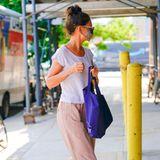 Das perfekte Outfit bei heißen Sommertemperaturen in der Großstadt? Für Katie Holmes kein Problem. Die Schauspielerinträgt eine luftige Leinenhose in beige, dazu kombiniert sie ein weißes Basic-Shirt aus dünnem Stoff und bequeme Sneaker. Lässiger Hingucker:Statt Designer-Handtasche greift Holmes zu einem praktischen Jute-Beutel in dunkelblau.