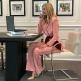 Homeoffice in Jogginghose? Für Ivanka Trump keine Option! Die Tochter des US-Präsidenten trägt bei einer Videokonferenz einen eleganten Hosenanzug in rosé, dazu kombiniert sie spitze Lack-Pumps. Besonderes Highlight: Ihre Taille betont sie mit einem großen,bordeauxfarbenen Stoffgürtel, dessen Farbe sich zudem in den Abnähern ihrer Hose wiederfindet. Ein rundum durchdachtes Outfit, schließlich ist auch die Farbe des Hosenanzugesnicht zufällig gewählt. In der Videokonferenz wurden Zuschüsse in Milliardenhöhe für Unternehmen, die von Frauen geführt werden, genehmigt. Frauenpower pur eben – da muss auch das Outfit passen!