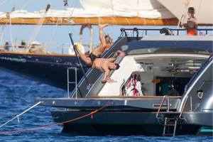 Zlatan Ibrahimovic zeigt uns einen spektakulären Sprung ins kühle Nass. Der Fußballspieler verbringt gerade den Urlaub mit seiner Familie in St. Tropez.