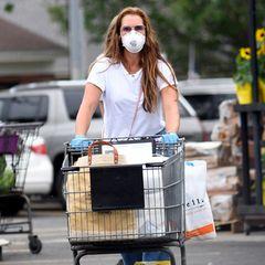 Brooke Shields geht beim Einkaufen in New York auf Nummer sicher und trägt neben dem Mundschutz auch noch Latexhandschuhe.