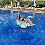 Mit Johnny Flamingo macht Verona Pooth den Pool auf Mallorca unsicher. Galant positioniert sie ihre Beine und setzt sich für den perfekten Urlaubsschnappschuss auf ihrer schwimmenden Luftmatratze in Szene.