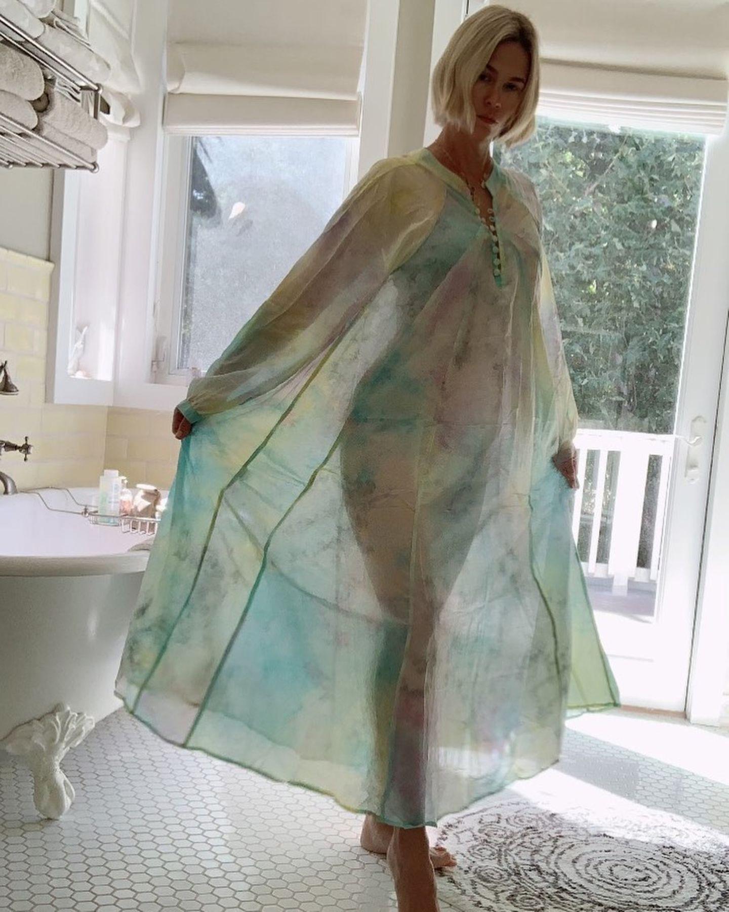"""Die kleinen Dinge im Leben, wie zum Beispiel der richtige Lichteinfall, können einem manchmal den Alltag versüßen. """"Mad Men""""-Schauspielerin January Jones ist ganz begeistert von dem Lichtspiel in ihrem Bad und gewährt sexy Einblicke auf ihre traumhafte Silhouette. Das dünne Nachthemd von der Designerin Natalie Martinist im hellen Sonnenschein durchsichtig, zeigt dabei aber nicht alles, was den Anblick noch sinnlicher macht."""