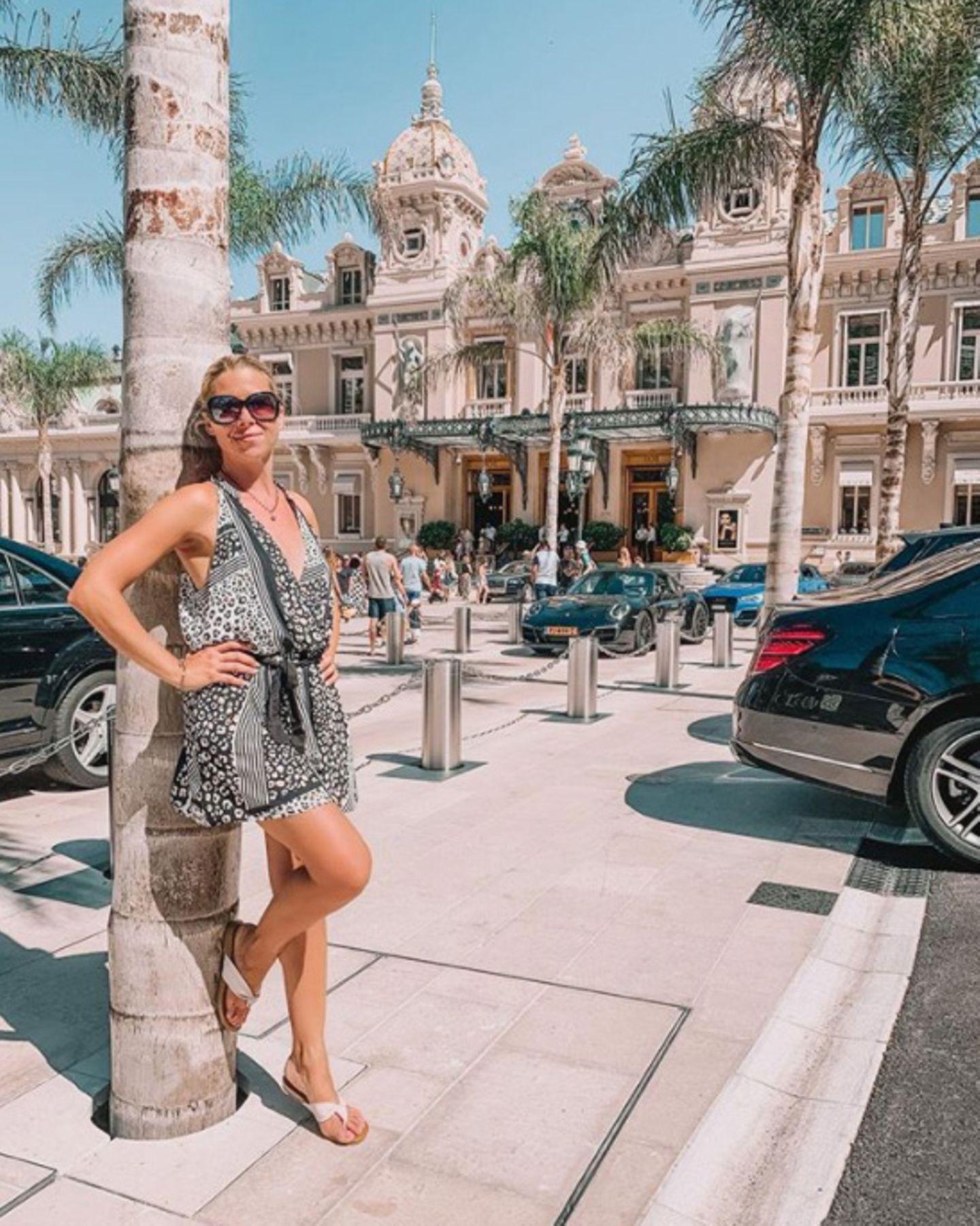 """8. August 2020  Tanja Szewczenko teiltein Urlaubsfoto aus Monte Carlo. Insbesondere nachihrem Besuch in einemidyllischen Bergdorfscheint sie der Stadtrummel jedoch nicht zu begeistern, wie sie in ihrem Instagram-Post verrät. Ehrlicherweise gesteht derehemalige Eiskunstlauf-Star: """"Überhaupt nicht meins, aber ich kann es auf der Liste als gesehen abhaken."""""""