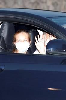 Das spanische Königspaar Felipe (am Steuer) und Letizia (auf der Rückbank) zeigen sich mit ihren Töchtern Leonor (auf dem Beifahrersitz) und Sofia (auf der Rückbank) am 7. August in Palma, Mallorca.