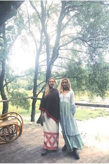 Zerzauste Haare, ein lockeres Boho-Kleid mit Volants des Labels Kapara Londonund derbe Boots - so natürlich sieht man Lady Amelia Windsor selten. In traumhafter Kulisse genießt sie ihreZeit in Schottland mit ihrer Schwester Marina.