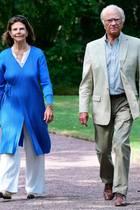 """8. August 2020  Königin Silvia und König Carl Gustaf besuchen heute die Gartenausstellung """"Idéträdgårdar"""" auf Schloss Solliden auf der Insel Öland, wo der Preis für den schönsten """"Ideengarten"""" verliehen wird. Auch ihrHundBrandiefreut sich über den Ausflug ins Grüne."""