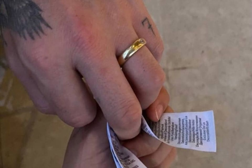 Brooklyn Beckhams Hand ziert neuerdings ein verdächtiger goldener Ring.