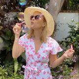 8. August 2020  Reese Witherspoon versprüht gute Laune! Seifenblasen wecken nicht nur Kindheitserinnerungen, sondern machen auch jede Menge Spaß. Mit diesem sommerlichen Schnappschuss senden wir schöne Sonntagsgrüße!