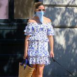 Zum luftigen Sommerkleid von Misa wählt Olivia diesmal ein kürzeres Tuch. An heißeren Tagen wird es damitnicht ganz so heiß unter dem Mund- und Nasenschutz.