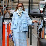 """It-Girl Olivia Palermo ist berühmt für ihren guten Modegeschmack. Stets elegant mit einem Hauch Extravanganz macht sie die Straßen von New York unsicher. Selbst in der Not wird sie erfinderisch und funktioniert den Mundschutz, zum absoluten Fashion Must-have um. Zum hellblauen Kostüm und """"Alberta Feretti""""-Slipper kombiniert sie ein farblich abgestimmtes Seidentuch."""