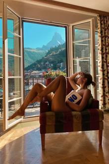 9. August 2020  Stefanie Giesinger macht gerade Urlaub in der Schweiz und lässt ihre Follower an ihrer malerischen Aussicht Anteil nehmen. Das erste, was bei diesem Bild ins Auge springt, ist jedoch nicht die traumhafte Bergkulisse, sondern das splitterfasernackte Haupt der Influencerin. Allein ein Buch verdeckt Stefanies Brustbereich.