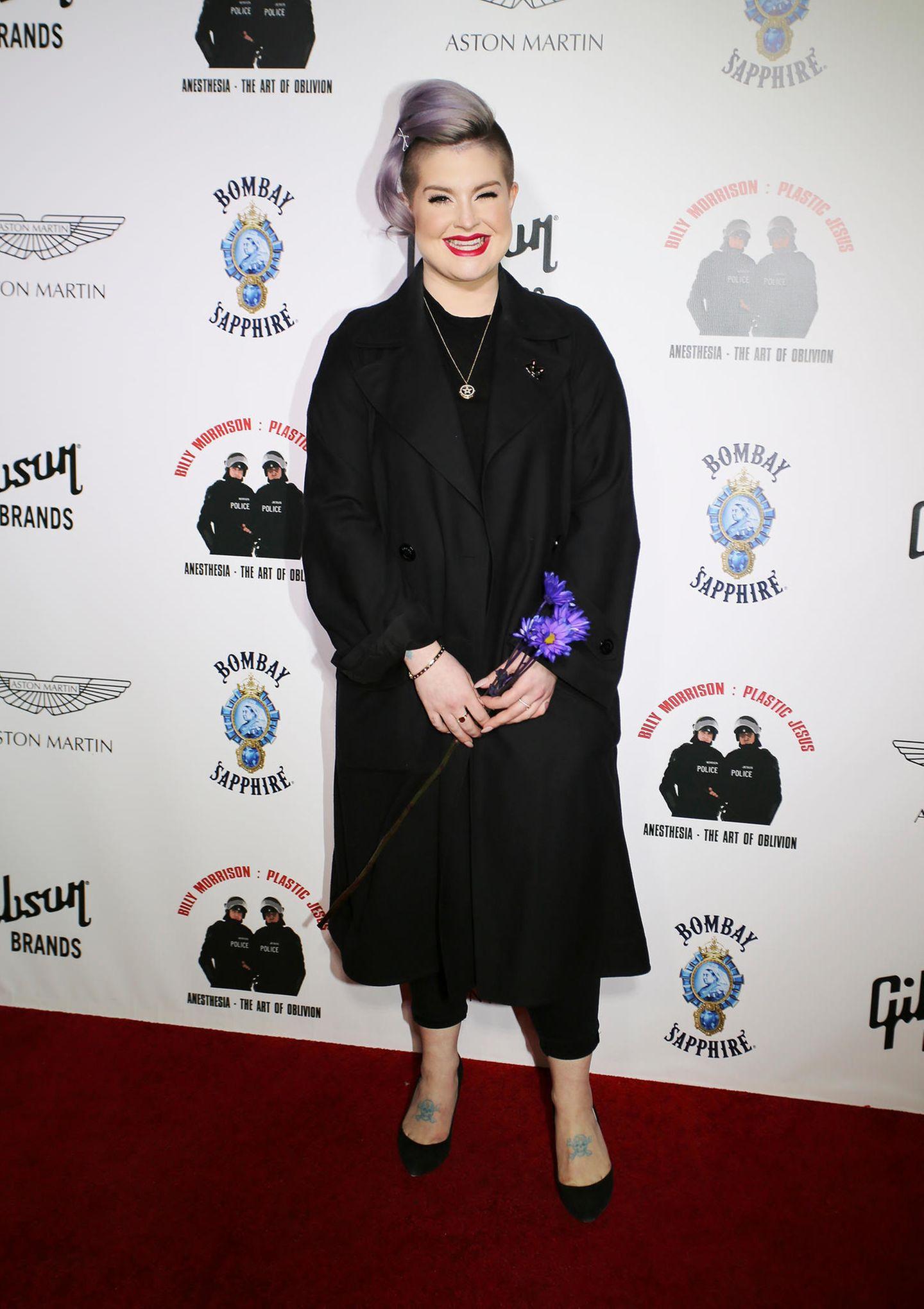 Zu einem Event im Februar 2017 erscheint Kelly Osbourne in einem schwarzen All-Over-Look. Versteckt unter einem dunklen Trench-Coat, lässt sich nicht viel von ihrer Figur erkennen – doch im Vergleich zu Fotos, die vier Jahre später entstehen, wird klar: Kelly hat deutlich abgenommen.