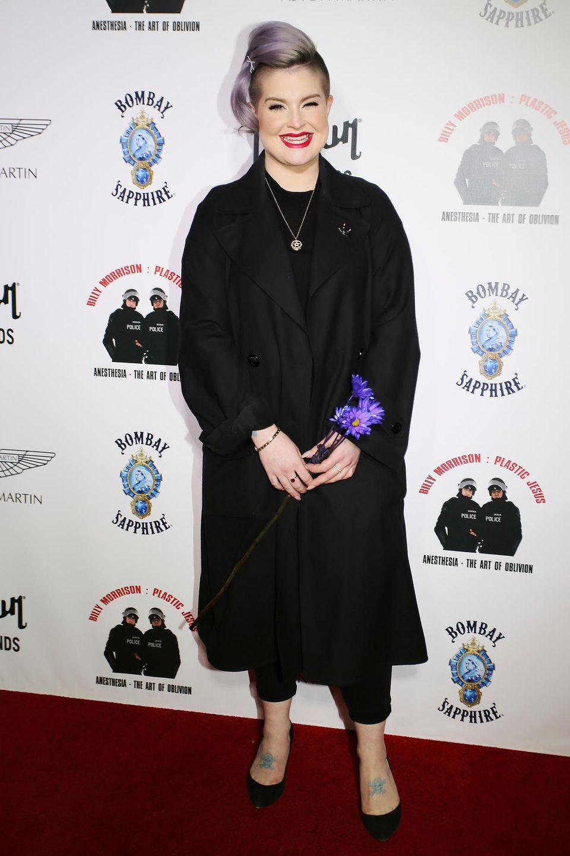 Zu einem Event im Februar 2017 erscheint Kelly Osbourne in einem schwarzen All-Over-Look. Versteckt unter einem dunklen Trench-Coat, lässt sich nicht viel von ihrer Figur erkennen – doch im Vergleich zu Fotos, die drei Jahre später entstehen, wird klar: Kelly hat deutlich abgenommen.