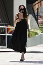 Angelina Jolie macht in ihrer Lieblingsfarbe Schwarz Los Feliz in Los Angeles unsicher. Zum lässigen Trägerkleid in Midi-Länge trägt sie schwarze Pantoletten - und einen Mundschutz der Marke Off-White. Kosten dafür: Rund 70 Euro.