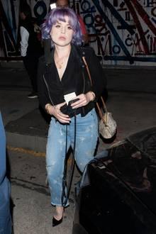 Fast 40 Kilogramm soll die Musikerin insgesamt an Gewicht verlorenhaben. Ähnlich wie Musikerin Adele ist auch Kelly auf diesem Abschuss kaum wiederzuerkennen. Laut eigenen Angaben trägt die Sängerin in ihren Jeanshosen die Kleidergröße26.