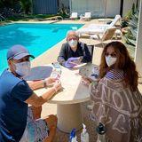 """9. August 2020  Selbst beim Kartenspielen am Pool achten Salma Hayek, ihr Vater Sami und ihr Bruder Sami jr. aufHygienemaßnahmen wie Maske, Handschuhe und Desinfektionsmittel. Ob das Spiel wohl deswegen """"just in case"""", also """"nur für den Fall"""" heißt?"""