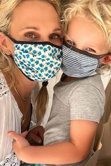 Dass man auch mit Mund-Nasen-Schutz immer noch wunderbar knuddeln und knutschen kann, zeigen Molly Sims und ihr dreijähriger Sohn Grey mit diesem Instagram-Posting.