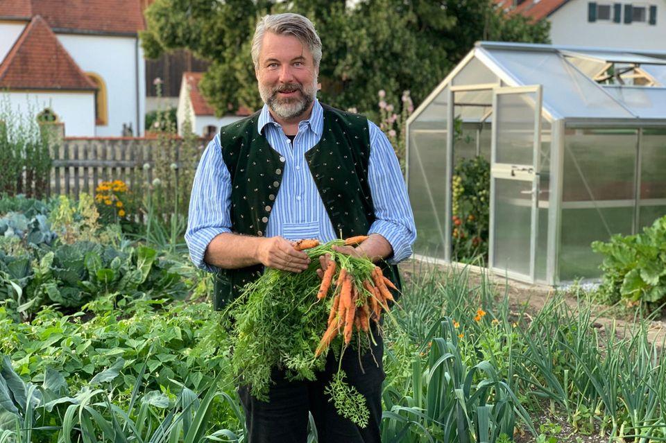 Dieter Fischer in seinem Obst- und Gemüsegarten.