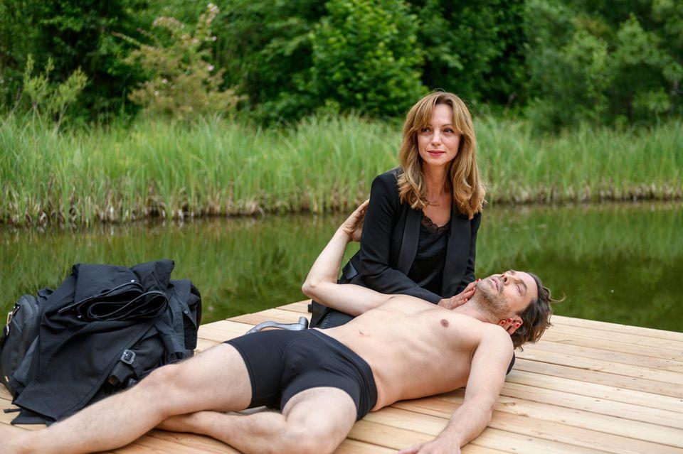 Karl (Stephan Käfer, vorne) bricht vor Ariane (Viola Wedekind, hinten) am Steg zusammen.