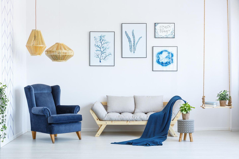 moderne Wohneinrichtung, Lampe aus natürlichen Materialien, Sessel aus Samt