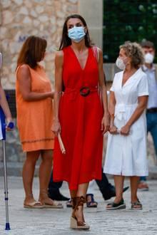 Während eines Besuchs auf Mallorca zeigt sich Königin Letizia in einem sommerlichen Look. Das rote Kleid mit Taillengürtel ist von Adolfo Dominguez und kostet rund 380 Euro. Doch nicht nur das Kleid stammt aus spanischer Feder...