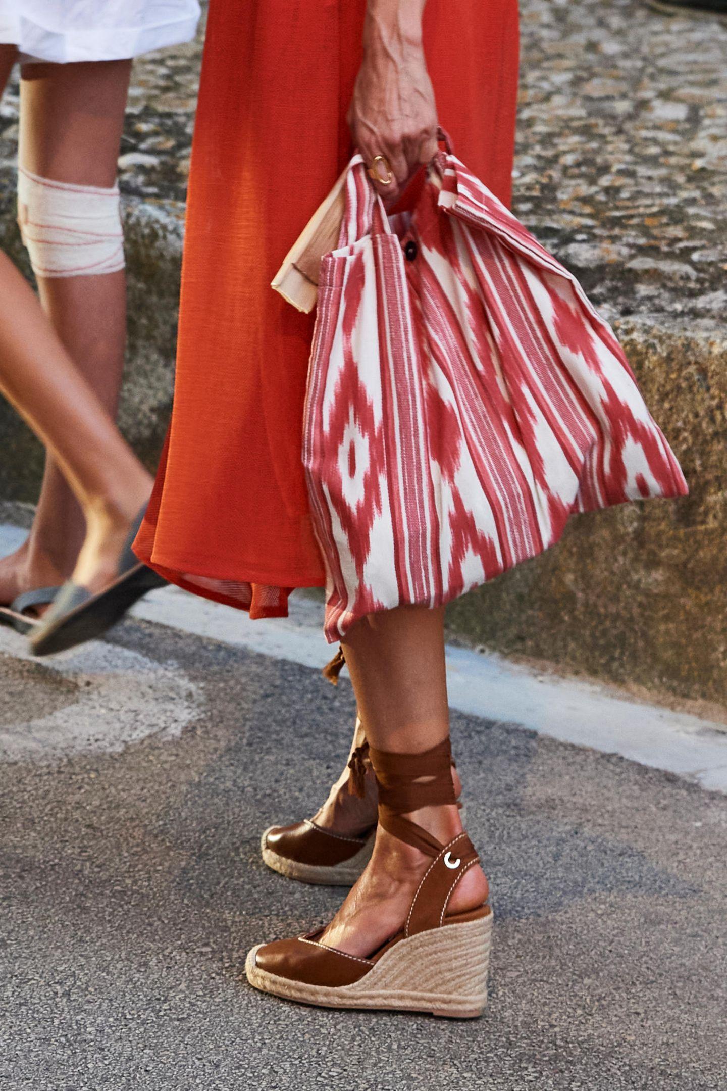 Dazu kombiniert Letizia Wedges von Uterque mit braunem Leder (Preis rund 100 Euro), einen goldenen Ring von Karen Hallam, einer Schmuckdesignerin aus Madrid, für 90 Euro und einem rot-weiß-gemusterten Jutebeutel der Organisation Bolsas. Von Kopf bis Fuß in spanischer Mode; das lässt Letizia nicht nur toll aussehen, sondern sendet gerade nach den schwierigen Zeiten des Corona-Lockdowns die richtigen Zeichen und kurbelt sicherlich die Wirtschaft wieder etwas an - die schöne Monarchin ist schließlich Stilvorbild für unzählige Frauen auf der ganzen Welt!