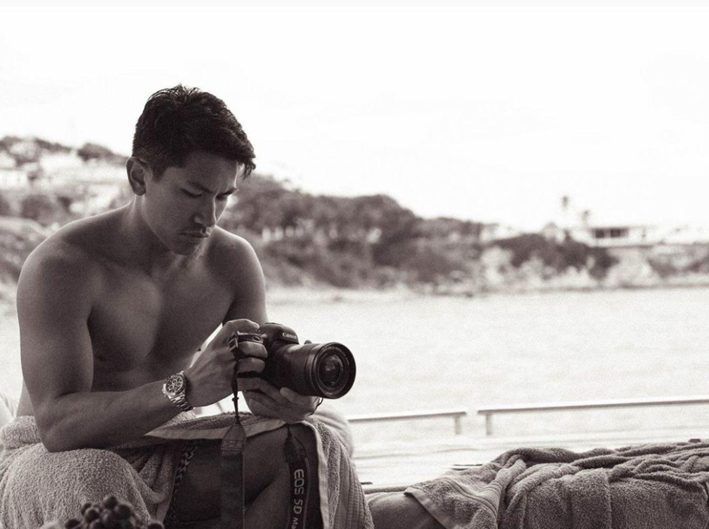 Prinz Mateen von Brunei  Abdul Mateen ist das zehnte Kind von Hassanal Bolkiah von Brunei,der mit 20 Milliarden Dollar Vermögen als einer der reichten Männer der Welt gilt. Der Sultan-Sohnist aber nicht nur reich, sondern auch sportlich, musikalisch und besitzt einen Master-Abschluss.Sein Luxusleben stellt der attraktive Prinz gerne bei Instagram zur Schau und bringt damit vor allem seine weiblichen Fans ins schwärmen. Im April 2016 ist er sogar auf demCover der thailändischen GQ zu bewundern.