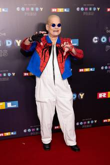 Im Oktober 2019 zeigt sich Hella von Sinnen beim Deutschen Comedypreis, wie man sie kennt: im extravaganten Maleranzug-Outfit inklusive Brille mit getönten Gläsern und ihren blondierten Haaren. Nur wenige Monate später sieht die Komikerin völlig anders aus.