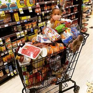 Familie Teigen geht nicht oft zum Einkaufen in den Supermarkt, doch wenn es soweit ist, dann wird der Wagen voll beladen. Luna muss sich den Einkaufswagen also mit allerlei Köstlichkeiten teilen,die Mama Chrissy Teigen anschleppt.
