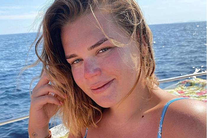 Ob am Pool oder auf der Jacht: Camille Gottlieb genießt die heißen Sommertage an der Côte d'Azur in vollen Zügen. Auf Instagram präsentiert die jüngste Tochter von Stéphanie von Monaco ihren knapp 69.000 Followern verschiedene Beach-Looks inklusive Luxus-Cartier-Armreif aus 18 Karat Gelbgold für knapp 6000 Euro. Was noch auffällt: ...