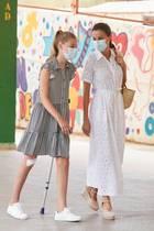 Beim Besuch im warmen Palma, Mallorca mussten die Outfits von Königin Letizia und Tochter Sofíabesonders luftig sein: Die spanische Königin trägt ein weißes Kleid mit Lochstickerei von Vintage Ibiza, dazu ihre geliebten Espadrilles von Macarena und eine Korbtasche von White Lily - so geht perfekter Sommerlook.