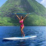 """Wow! """"Pussycat Dolls""""-Sängerin Nicole Scherzinger lässt auf der InselSt. Lucia in der Karibik die Seele baumeln – und trainiert ganz nebenbei ihren muskulösen Körper. Beim Stand Up Paddlinggenießt Scherzinger nicht nur die atemberaubende Natur, sondern beansprucht auch noch so gut wie jeden Muskeln ..."""