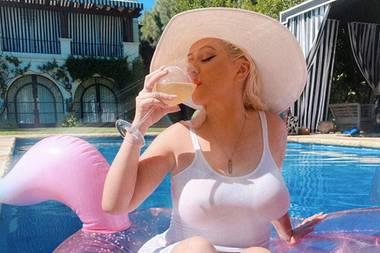 Bei Christina Aguilera sieht so ein Pool-Tag etwas glamouröser aus, als bei anderen. Auf einer rosafarbenen, glitzernden Luftmatratze, mit einem großen Sonnenhut bedeckt, gönnt sich Cristina Aguilera beim Sonnenbaden ein kühlendes Getränk.