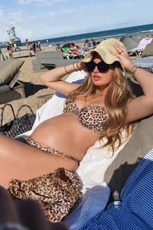 Im Leo-Look am Strand: In ihrer Heimat, den Niederlanden, schiebt Romee Strijd eine ruhige Kugel. Das Supermodel scheint seine Schwangerschaft in vollen Zügen zu genießen und sieht dabei in ihrem Bikini mit Raubkatzenmuster auch noch total stylish aus. Kein Wunder, schließlich schreitet Romee normalerweise für die bekanntesten Designer der Welt über den Catwalk und wählt auch in der Schwangerschaft einen Look mit dem gewissen Etwas.