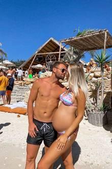 """Zusammen mit EhemannErdem Özgenç genießt Ex-""""Bachelor""""-Kandidatin LinaÖzgenç einen der letzten Urlaube zu zweit. Ihren runden Schwangerschaftsbauch präsentiert die Blondine dabei in einem farbenfrohen Batik-Bikini. Ein Anblick zum Verlieben – das findet auch FußballerErdem."""
