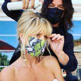 """Tierisch gut geschützt zeigt sich Heidi Klum beim Styling mit Lorenzo Martin. Mit neongelber Maske im Snakeskin-Look bereitet sie sich auf eine neue Show von """"America's Got Talent"""" vor."""