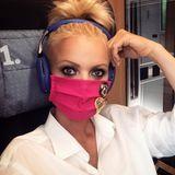 Franziska Knuppe zeigt auf Reisen mit der Bahn Verantwortung. Und das ganz lässig mit pinkfarbener Maske, die sie noch mit Pins dekoriert hat.