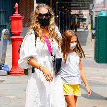 """Früh übt sich: Sarah Jessica Parker besucht zusammen mit ihrer TochterTabitha ihr Schuhgeschäft in New York City. Während der """"Sex and the City""""-Star auf ein luftiges Kleid im Boho-Stil setzt, trägt die elfjährigeTabitha eine lockere Shorts, T-Shirt und Flip-Flops. Das Faible für extravagante High Heels teilen die beiden allerdings trotzdem ..."""