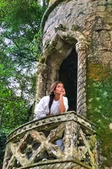 """12. August 2020  Zum ersten Mal besucht Model Sara Sampaio den Palast""""Quinta da Regaleira"""", einen mystischen Ort in ihrer Heimat Portugal. Zum Glück muss die Prinzessin im Turm aberim wahren Leben nicht mehr auf ihren Prinzen warten."""