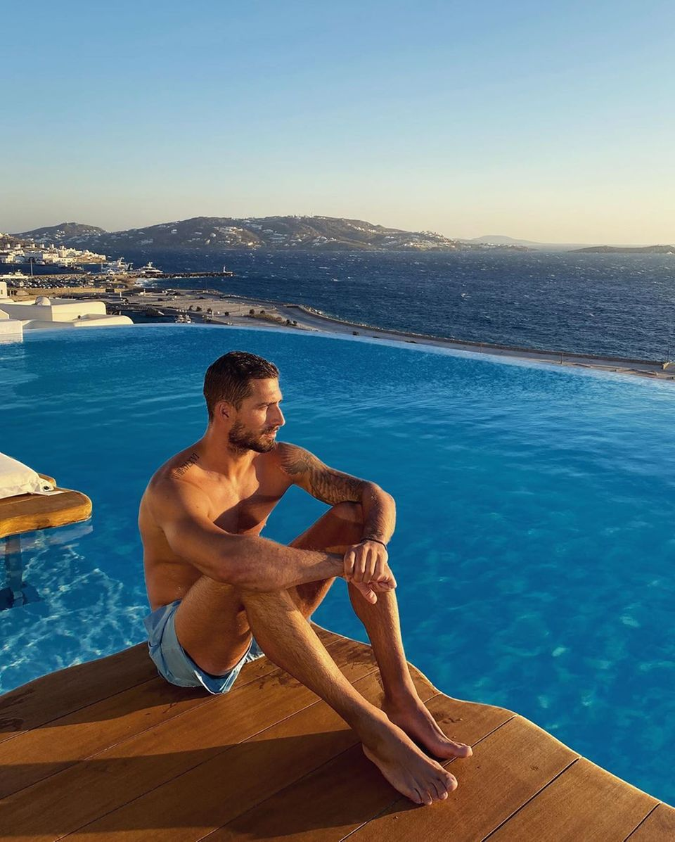 12. August 2020  Kevin Trapp genießt die schöne Aussicht - und wir den knackigen Anblick des Fußballstars, der entspannte Urlaubstage auf Mykonos verbrint.