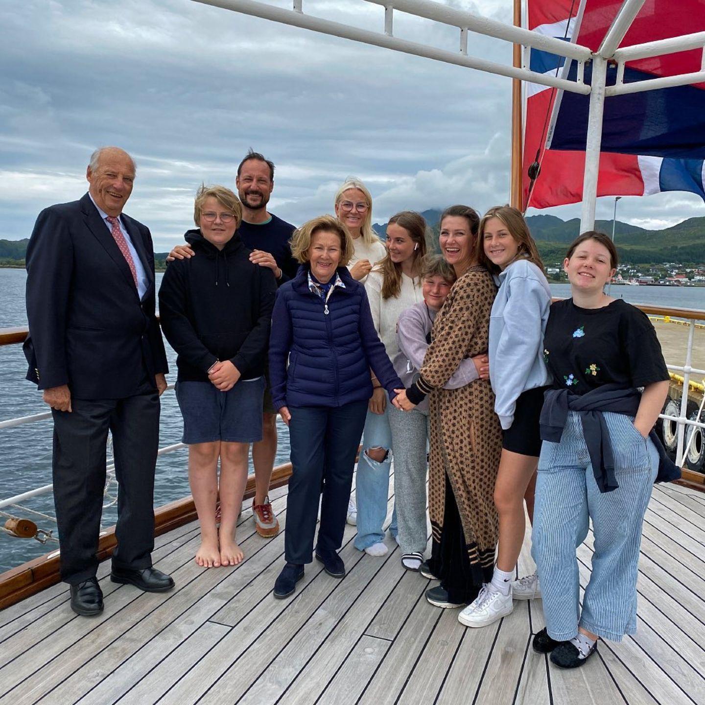 Alle zusammen! König Harald und Königin Sonja genießen ihre Sommerferienmit ihren Kindern und Enkelkindern.