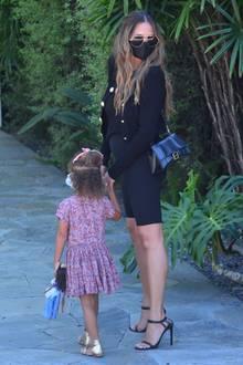 Endlich ist es offiziell: Chrissy Teigen und John Legend erwarten Baby Nummer drei! Bei einem Bummel mit ihrenKindern Luna und Miles durch West Hollywoodpräsentiert Teigen der Öffentlichkeit nun zum ersten Malihre Babykugel. Und das Outfit für dieses süße Debüt ist nicht zufällig gewählt ...