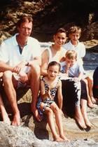 13. August 2020  Royale Urlaubsgrüße aus der Vergangenheit: Der Hof in Luxemburg veröffentlicht sommerliche Erinnerungen des Großherzogenpaars Henri und Maria Teresa mit ihren fünf Kindern Félix, Alexandra, Sébastian, Louis und dem Ältesten Guillaume (r.). aus den 90er Jahren. Der Erbgroßherzog ist mittlerweile selbst Papa. Sein Sohn Prinz Charles kam am 10. Mai 2020 zur Welt.